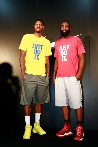 Nike籃球運動員James Harden與Paul George於10月11日蒞臨Nike 未來之星籃球訓練營,擔任王牌教練鼓勵年輕球員挑戰自我,Just Do It!_覃淕湮苤