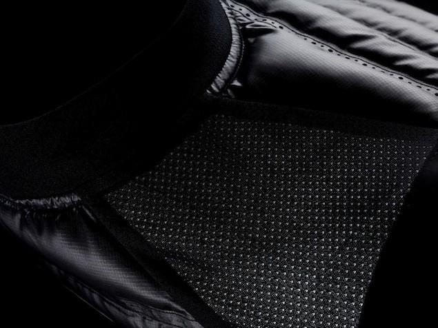 Nike Aeroloft 800 慢跑羽絨背心肩膀及外領吸汗的Dri-FIT彈力網眼織布進一步提高透氣性