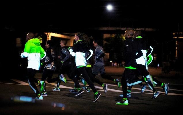 Nike Flash Jacket集防水與反光設計於一身,有助於保持跑者在陰暗環境中的能見度