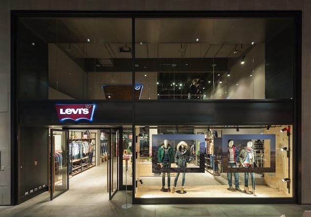 圖片1_旗艦店外觀採用「Premium」概念,由大片透明落地玻璃組成,一眼望進店內可以清楚看到樓中樓挑高格局以及明亮舒適的空間氛圍