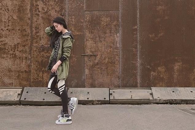 adidas Originals 2014一月女性系列巧妙加進軍裝風的長外套或是短褲、短裙做混搭_ 即可穿出多層次的個性美_