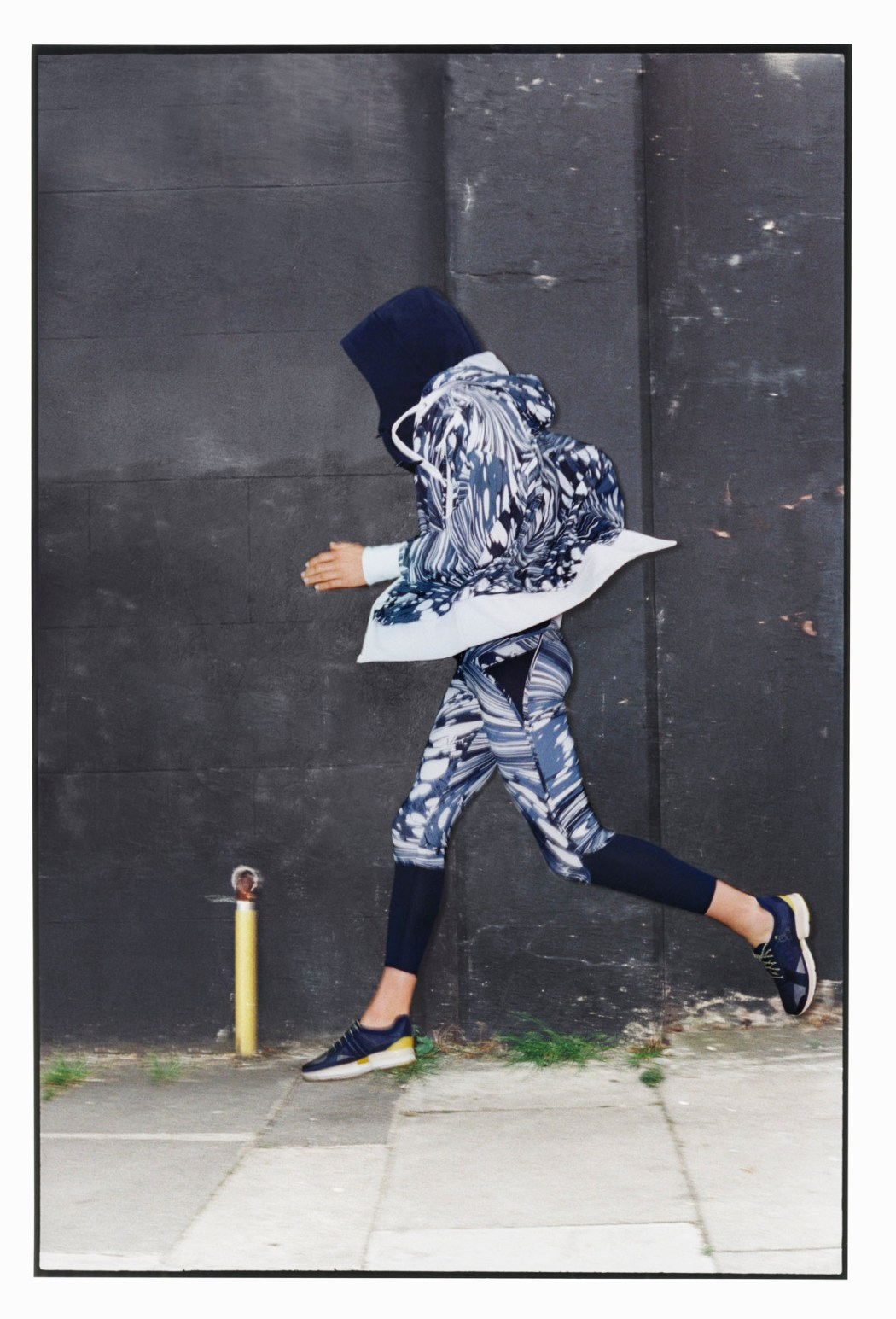 Run慢跑系列 藍色圖紋連帽外套$10,800_藍色圖紋運動緊身九分褲$3,600_內襯深藍色連帽背心$5,600_1月上市
