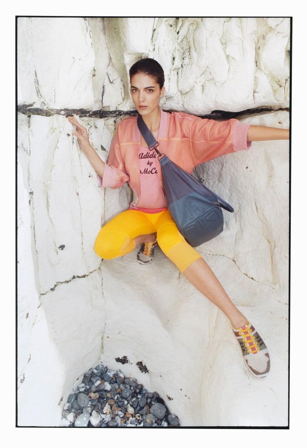 Studio健身房系列 粉橘雙色飛行夾克$9,200_logo雙面穿背心$2,600_亮黃色運動緊身七分褲$2,400_皆3月上市
