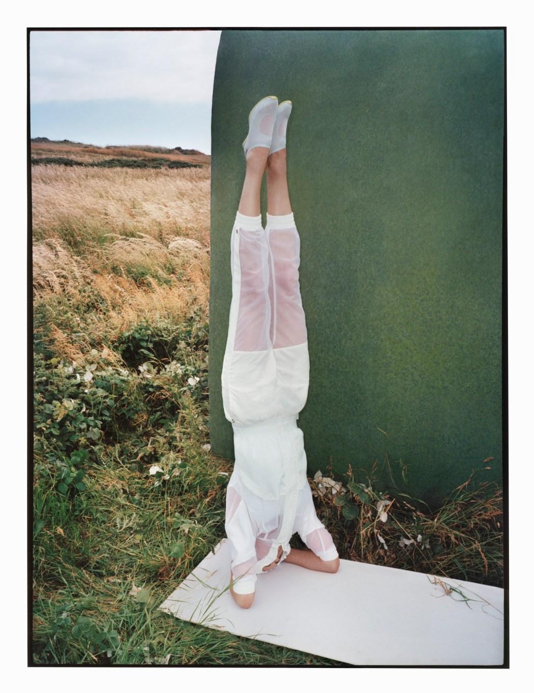 Yoga瑜珈系列 白色透膚拼接外套$4,200_白色無縫線合身背心$2,600_白色透膚拼接七分褲$3,800_皆1月上市