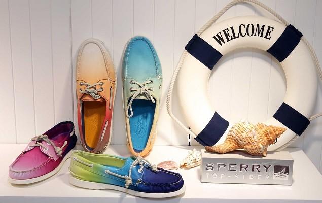 圖四:Sperry Top-Sider春夏新品,宛如夏季調酒般鮮豔奔放的漸層色調,展現南加州由陽光與沙灘交織出獨有的繽紛耀眼氛圍。(Sperry Top-Sider提供)