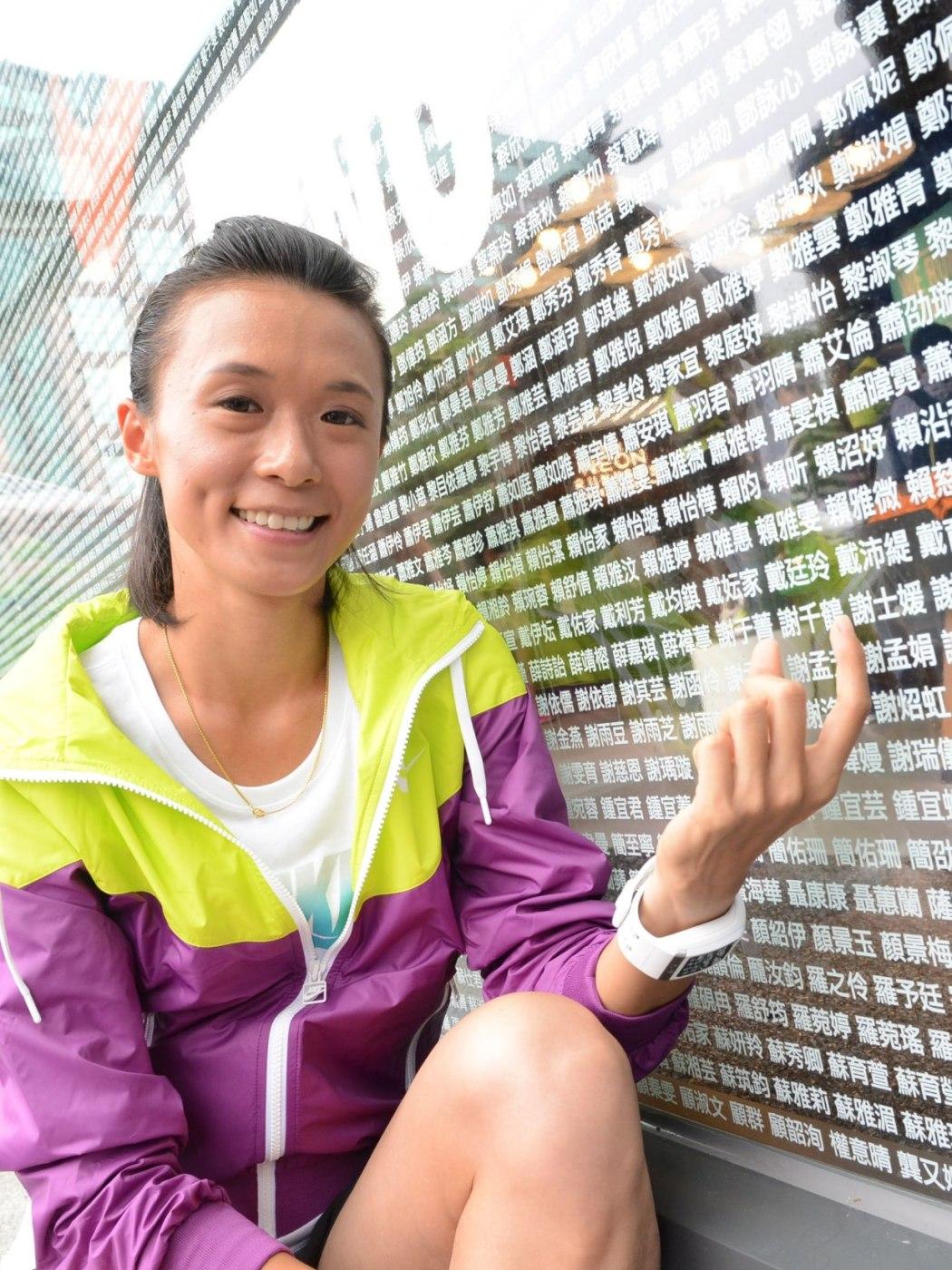 謝千鶴展示Nike臺北Neo19跑步體驗店門口兩面大型櫥窗15,000名跑者姓名牆,並給予所有參賽女性鼓勵支持並為她們留下紀念性一刻,攜手邁向跑步新里程碑