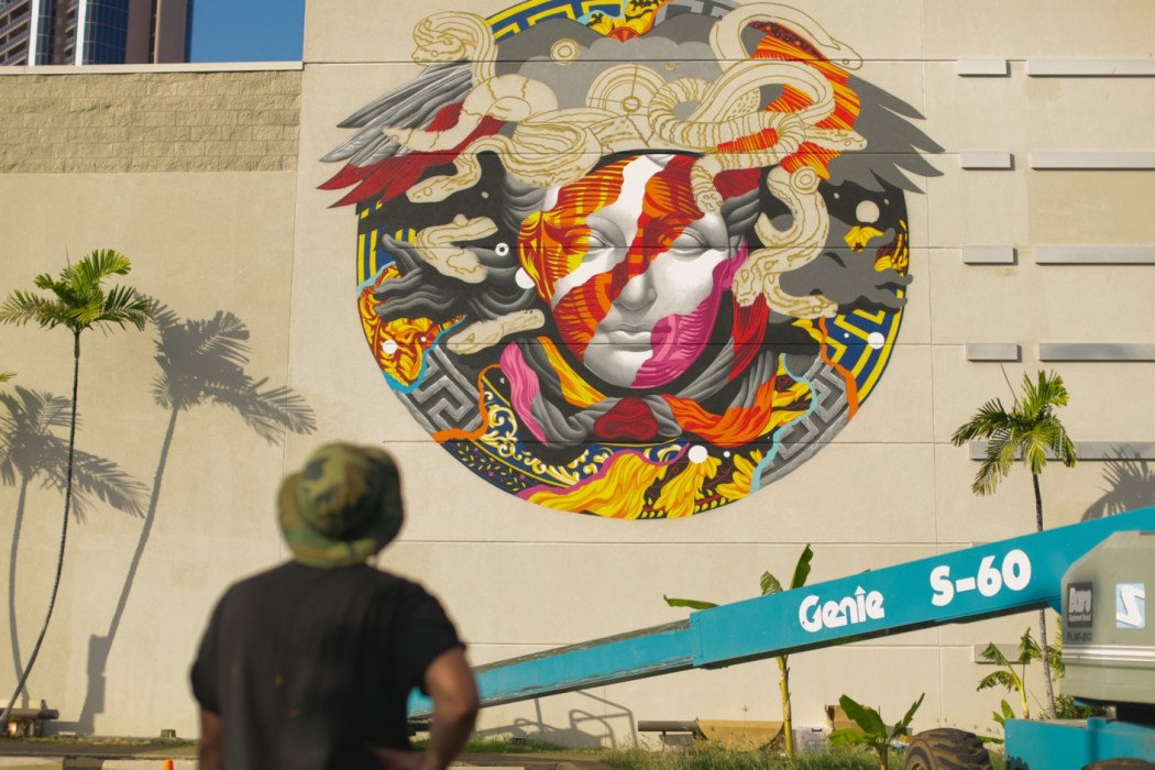 pow-wow-hawaii-x-versace-mural-by-tristan-eaton-02