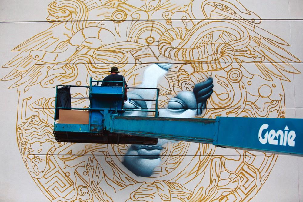 pow-wow-hawaii-x-versace-mural-by-tristan-eaton-03