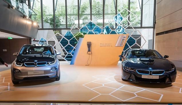 【新聞照片一】全新BMW i3(左)與全新BMW i8(右)