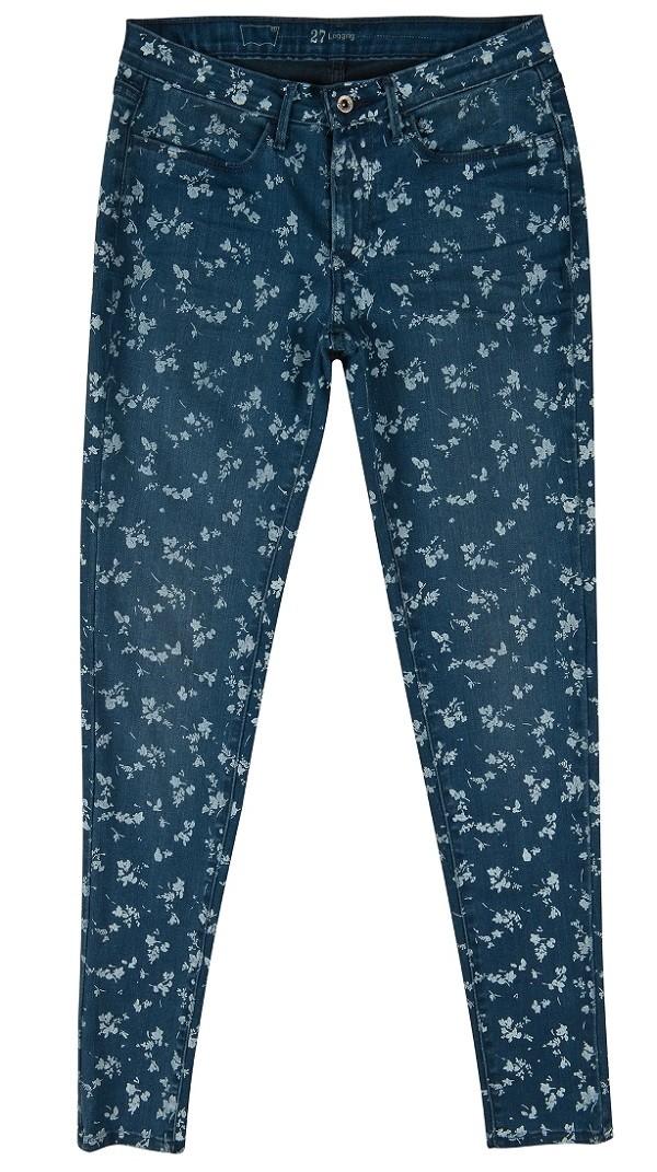 滿版植物圖紋緊身褲將夏天各種繽紛色系上衣襯托的更為亮眼