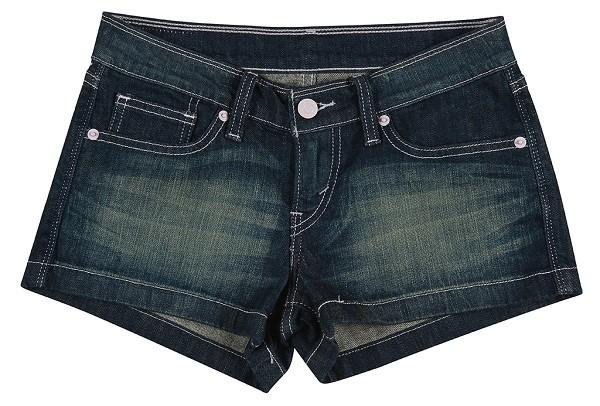 時髦個性丹寧短褲展現自由奔放夏日氣息
