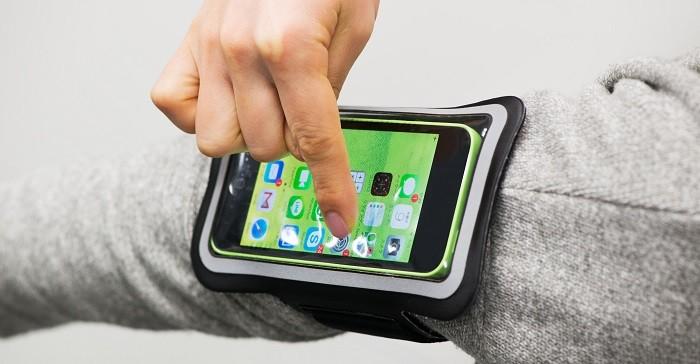 TUNEWEAR羽量級運動臂帶,裝載中也可輕鬆使用手機功能