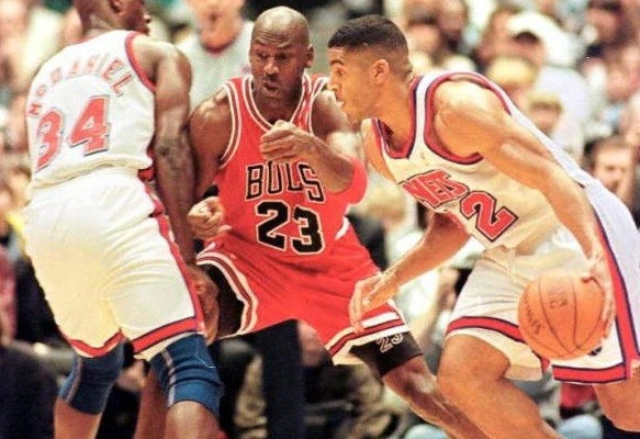 Jim Jackson of the New Jersey Nets (R) drives past