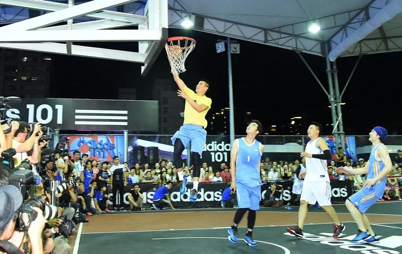 林書豪感受adidas 101現場熱鬧氣氛,下場與明星籃球隊進行對抗。