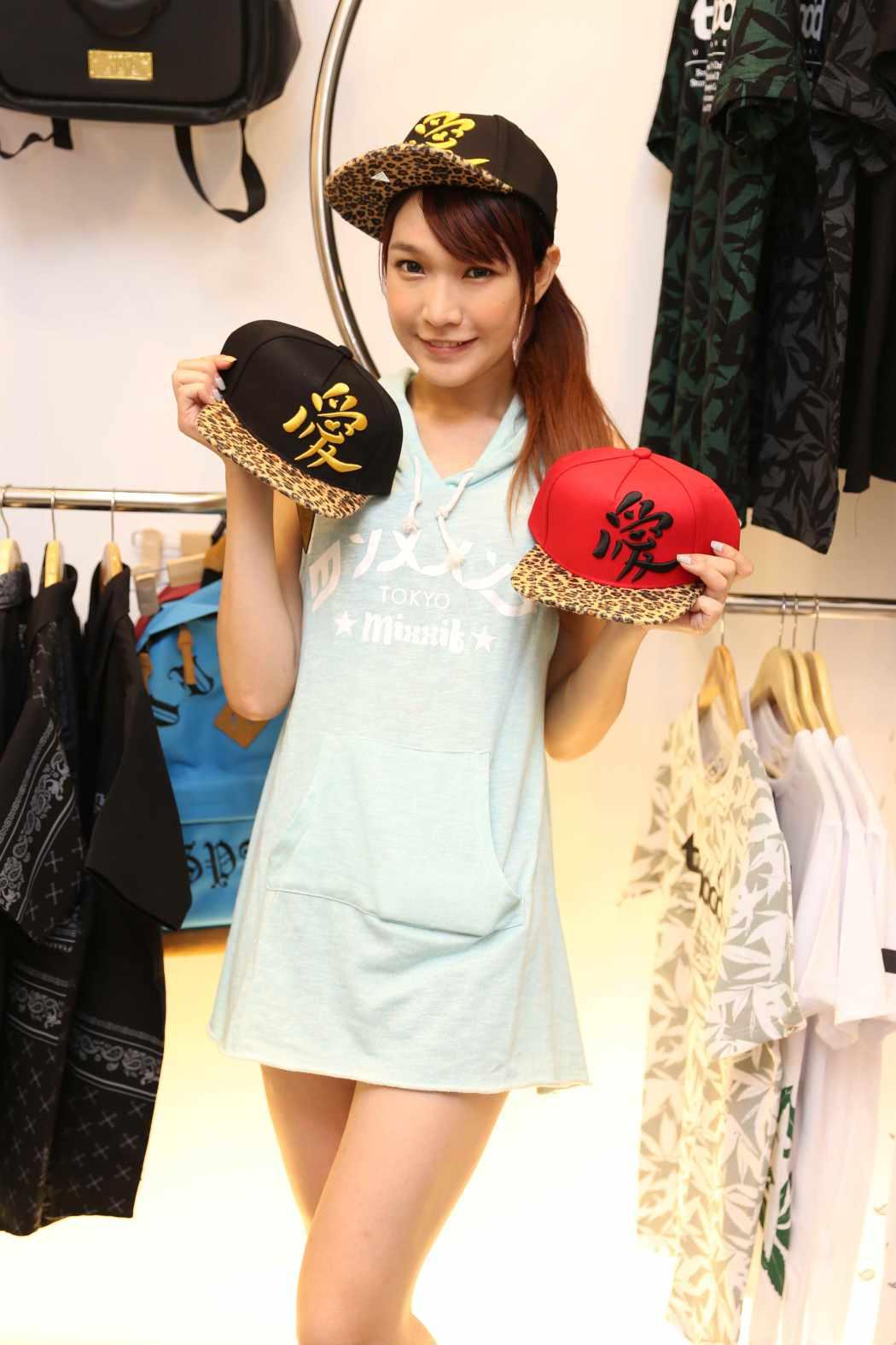 劉薰愛以輕鬆連身帽T打扮,出席與Hater聯名帽款的義賣活動。