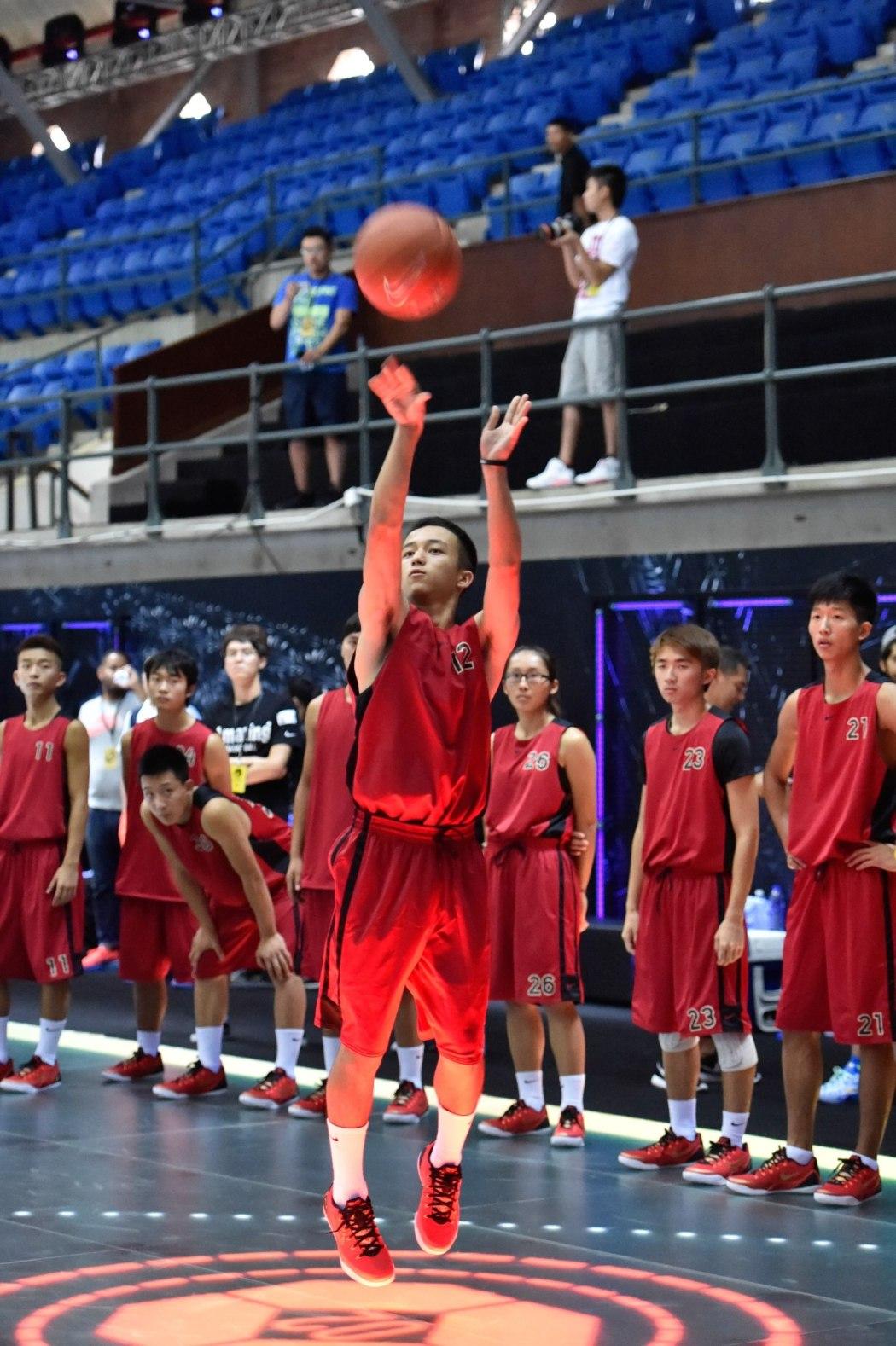 艾孜買提:Kobe從低潮不斷攀爬到了頂峰,回擊了所有批評,照他的樣子努力,我的夢想也能實現