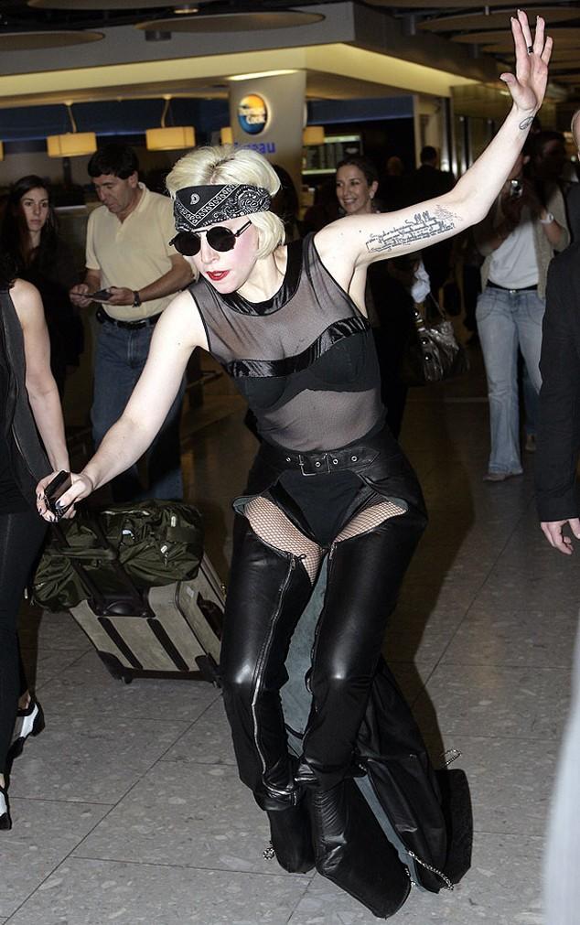 rs_634x1011-140804154610-634-falling-Lady-Gaga.ls.8414