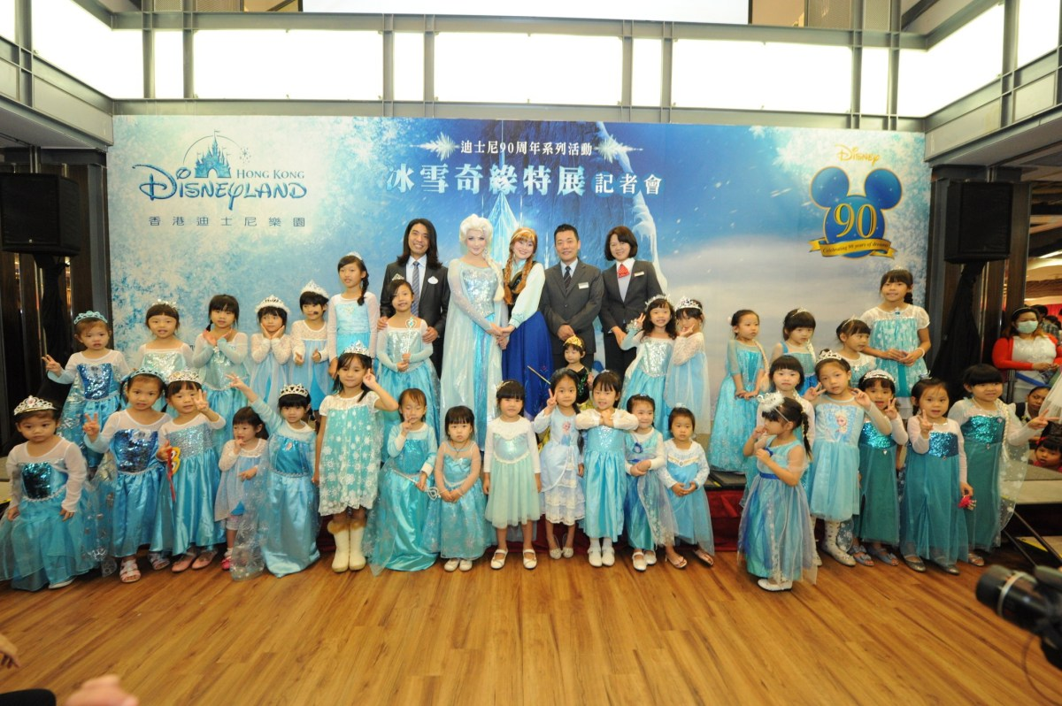 艾莎女皇及安娜公主與香港迪士尼貴賓合影