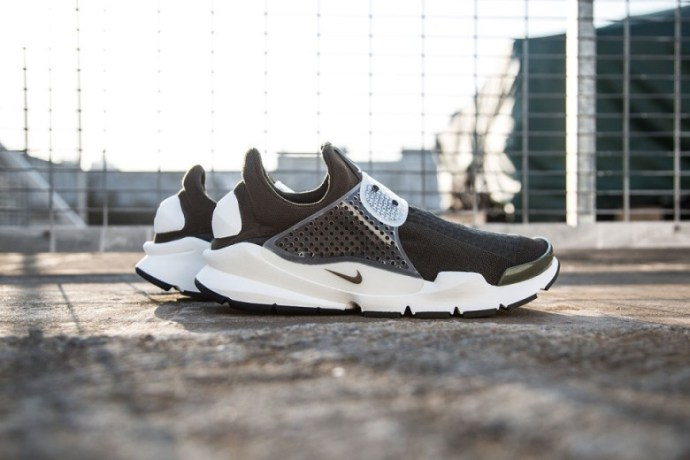 a-first-look-at-the-fragment-design-x-nike-sock-dart-11