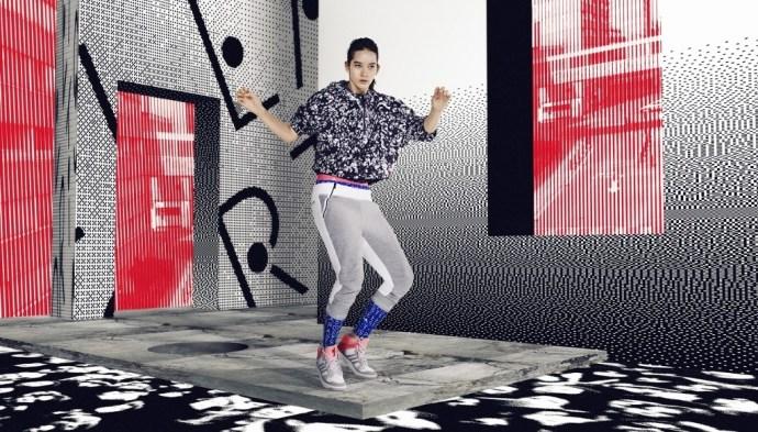 2.StellaSport 是 adidas 專為年輕運動女孩所設計的運動服飾系列_滿版防風連帽外套 $3490_七分棉褲 $2090_ Irana 籃球運動鞋 $3890 一月上市