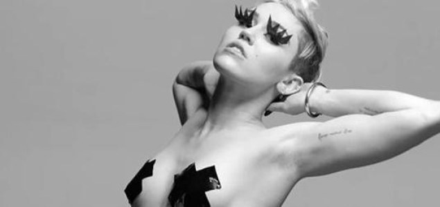 29218059_tongue-tied-il-nuovo-video-scandalo-di-miley-cyrus-si-mostra-in-topless-bondage-1
