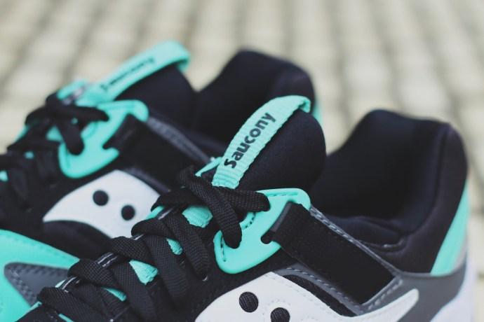 鞋舌上的招牌 Saucony 字樣。