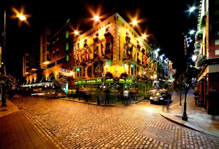 picture of dublin at night