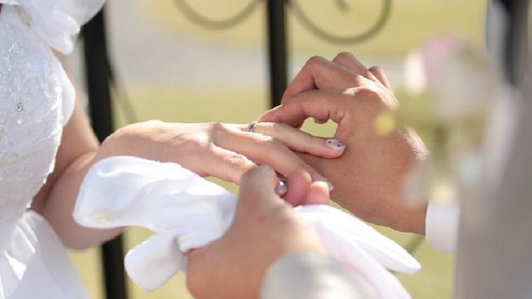 まるで結婚式を挙げているよう!立体的なシールを貼ったウエディングノートの表紙☆