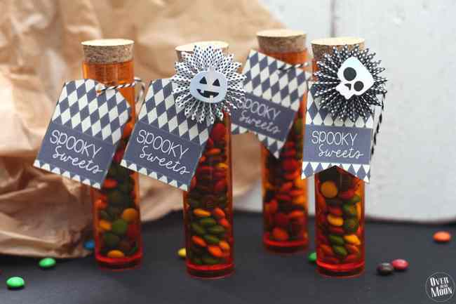 Halloween Test Tube Treat Idea & Printable - these is such a super simple way to make your kids Halloween treat a little extra fun! Perfect for class parties, friend parties and more!   www.overthebigmoon.com