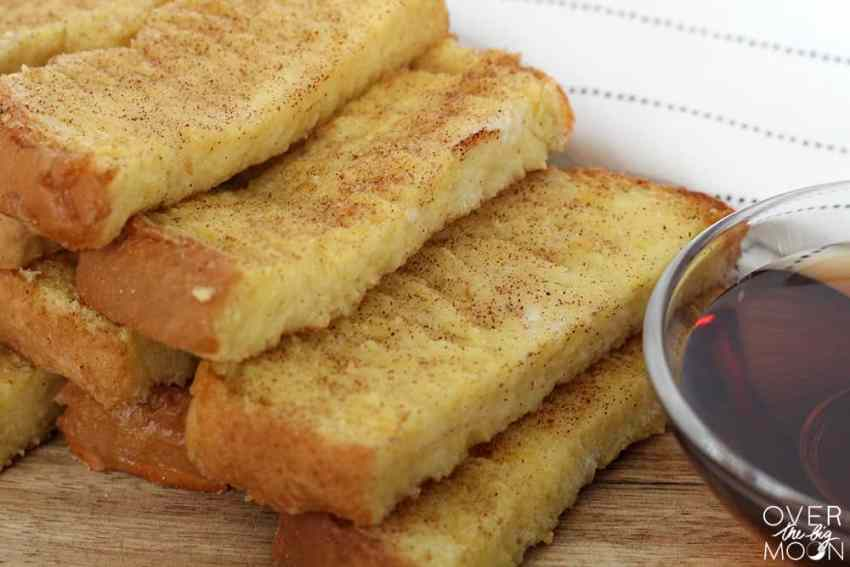 Easy Baked French Toast Sticks - my kids love these! Plus, I'll make them in bulk and freeze little baggies to make for a quick before school breakfast for my kids! | www.overthebigmoon.com