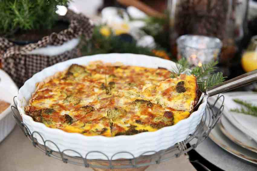 Yummy breakfast Quiche! This thing not only looks beautiful, but tastes AH-MAZING! From www.overthebigmoon.com!