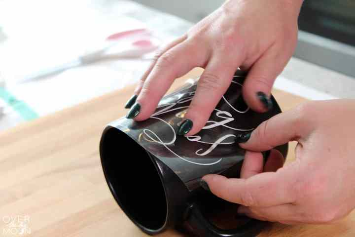 How to easily apply vinyl to a mug! From overthebigmoon.com!