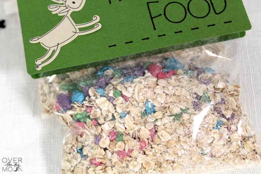 Reindeer Treat - the perfect treat to put out for Santa's reindeer on Christmas Eve! Find the full recipe and bag topper! From overthebigmoon.com!