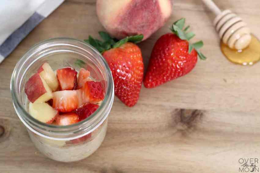 Strawberry Peach Overnight Oats - these no cook oats are so refreshing in the morning and so easy to make! #overnightoats #nocookoats #breakfast #easybreakfast #almondmilk