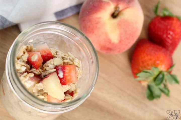 Strawberry Peach Overnight Cold Oats from overthebigmoon.com! Such an easy and tasty breakfast that will have you hooked after your first bite! From overthebigmoon.com! #overnightoats #coldoats #almondmilk