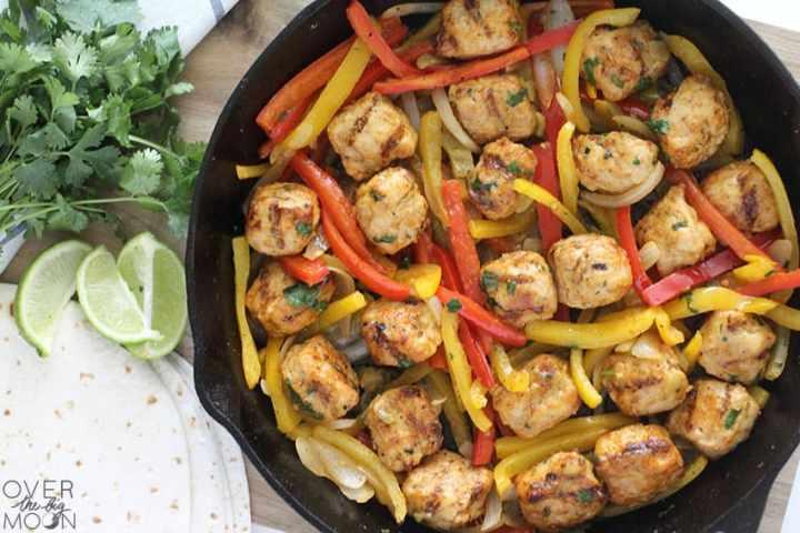 Buffalo Ranch Chicken Fajitas - perfect for a family dinner! From overthebigmoon.com!