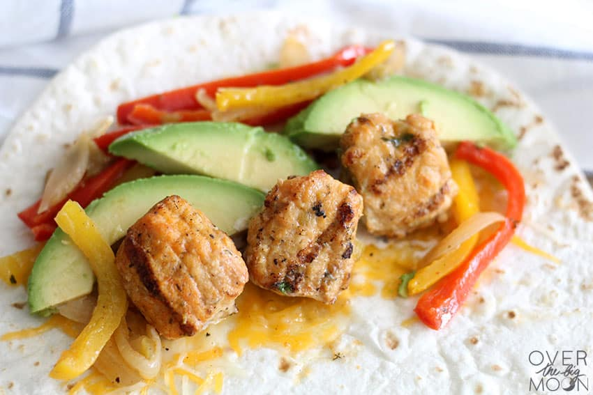 Easy and Fast Chicken Fajitas - these Buffalo Ranch Chicken Fajitas are packed with flavor! From overthebigmoon.com!