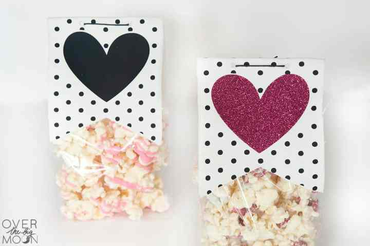 Valentien Treat Bag Topper with Valentine's Day Popcorn! From overthebigmoon.com!