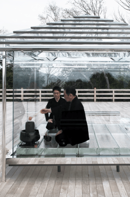 La cérémonie du thé dans la Chashitsu en verre Hikarian de Tokujin Yoshioka ©Tokujin Yoshioka