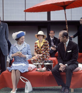 The Queen drinking tea in Kyoto on a State Visit to Japan in 1975 - Droits réservés