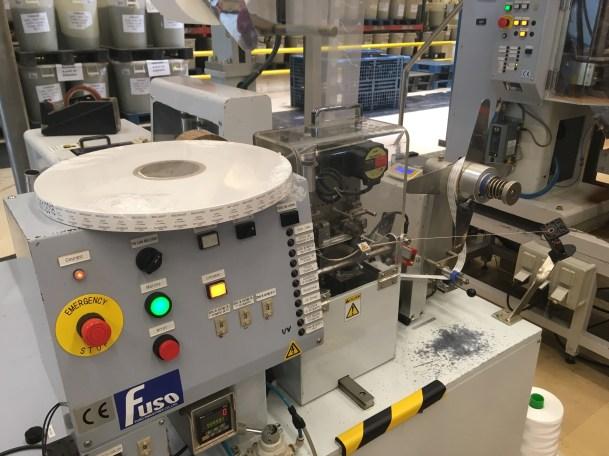La machine à sachets Cristal Dammann crée le sachet intégralement, du découpage de l'étiquette au remplissage de thé - ©Chloé Chateau