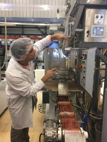 Alexis Grand nous explique le fonctionnement de la machine qui crée les sachets Cristal Dammann - ©Chloé Chateau
