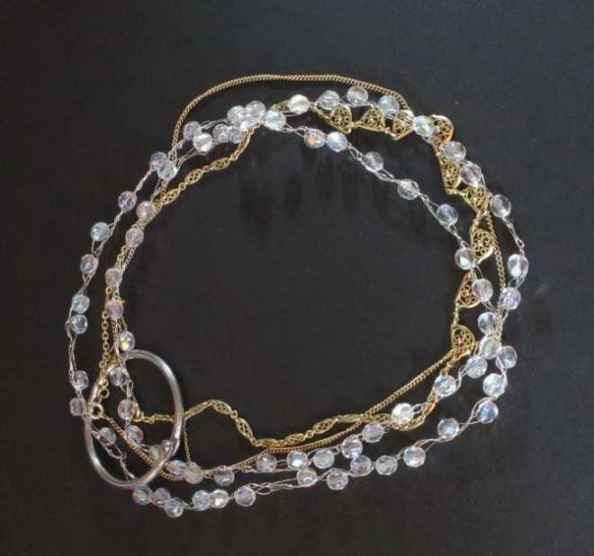 2 colliers anciens alliés à un collier cristal