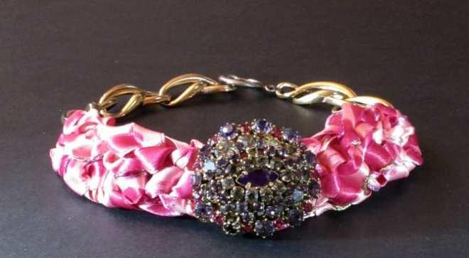 collier avec broche amethyste rénovée, lien satin rose et bracelet fantaisie ancien