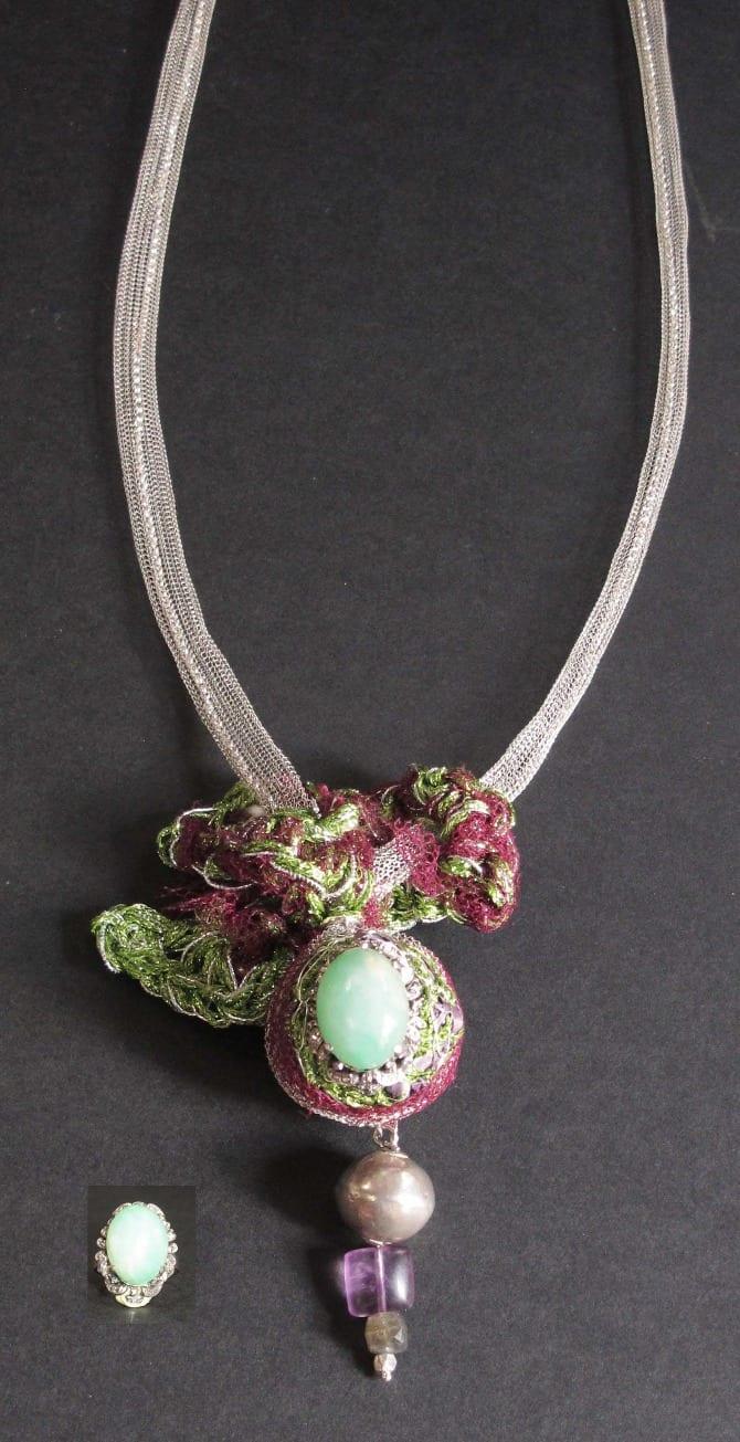collier sautoir inégrant une bague en jade