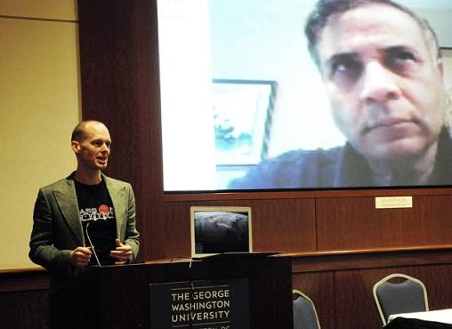 Bas Lansdorp, CEO e cofundador da Mars-one, fala no encontro na Universidade George Washington University, enquanto Robert Zubrin, presidente e fundador da Mars Society é visto via Skype