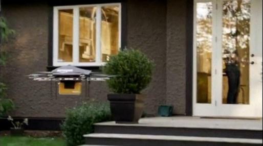 Drone da Amazon fazendo entrega de pacote.