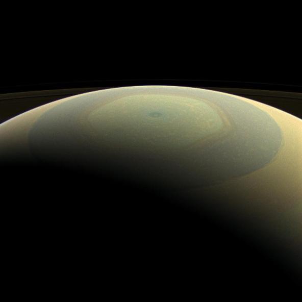 Formação hexagonal no polo norte de Saturno