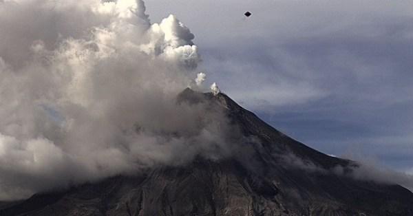 Resultado de imagem para Os relatos de OVNIs na região do vulcão são frequentes fotos
