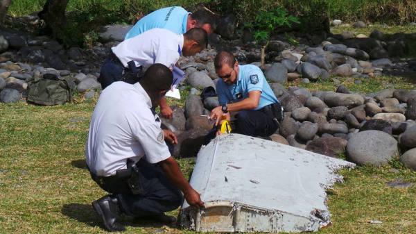 size_810_16_9_policia-francesa-inspeciona-o-pedaco-de-aviao-encontrado-na-praia-de-saint-andre